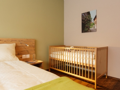 Wohntel - bedroom with crib